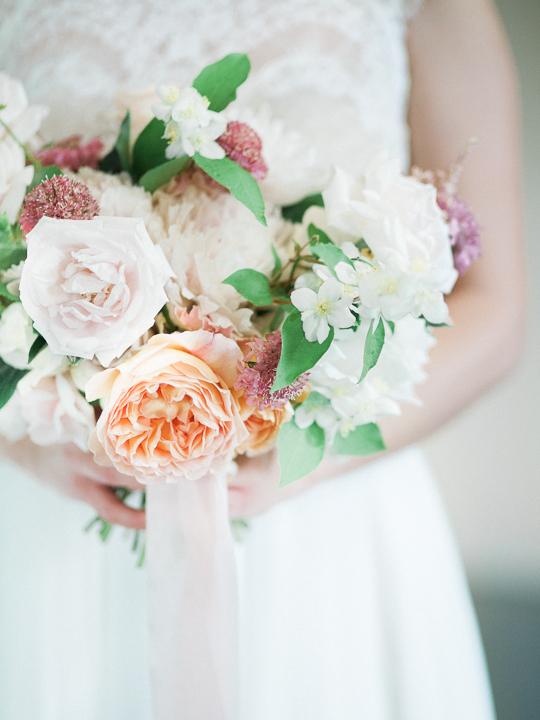 delikatny bukiet ślubny z róż poznań