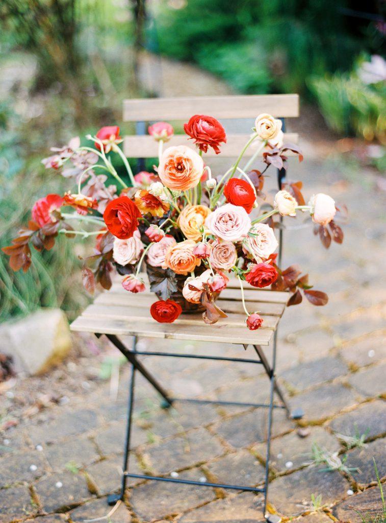 dekoracje ślubne Poznań, dekoracje na ślub jesienią, kompozycja z czerwonymi kwiatami
