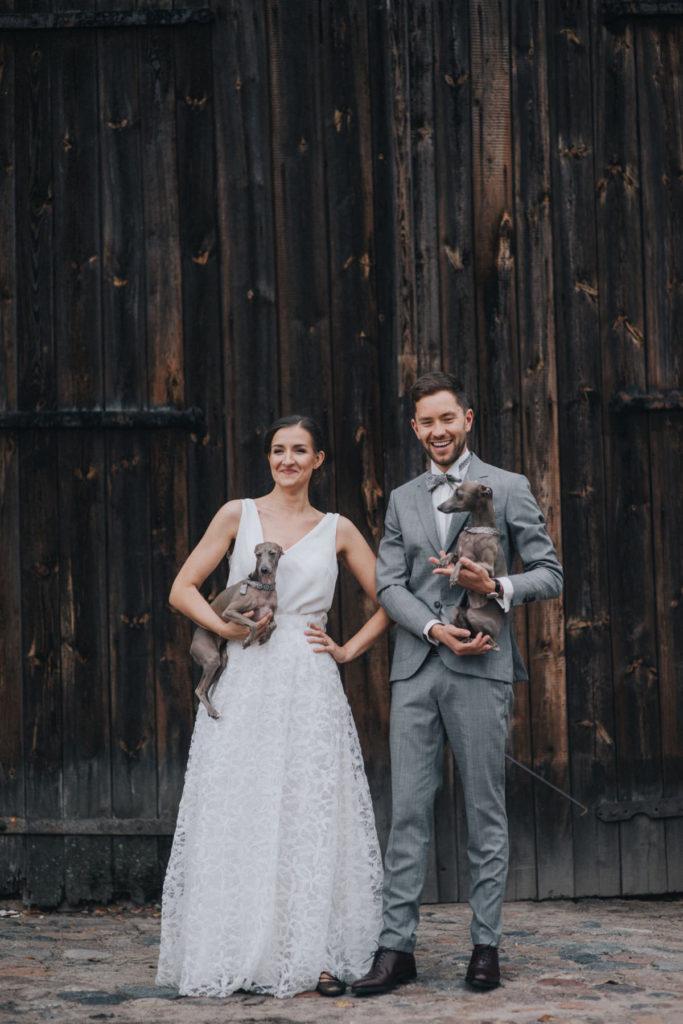 Boho wesele w stodole z psami