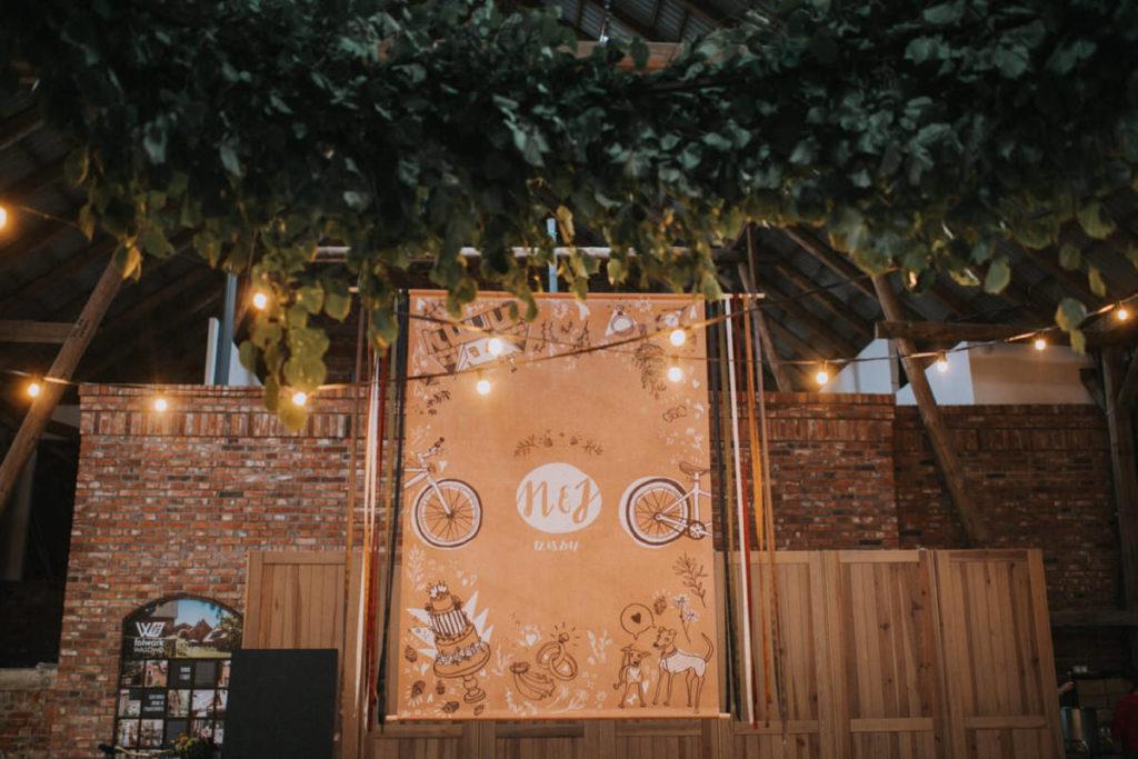 dekoracje na ślub w stodole