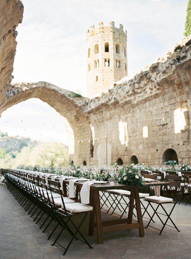 Rustykalne krzesła na wesele i ślub| wypożyczalnia krzeseł ślubnych poznań