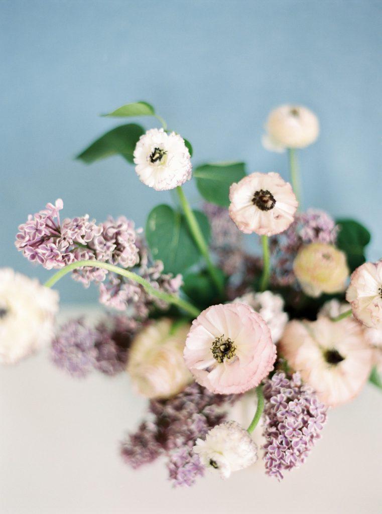 Kwiaty na stół ślubny fioletowe, florystyka ślubna Poznań