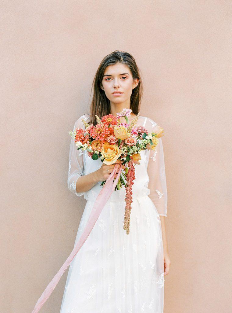 Minimalistyczny ślub i wesele, minimalistyczne dekoracje ślubne, kolorowe kwiaty na ślub i wesele, Ana Lui Photography