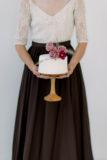 tort ślubny z kwiatami