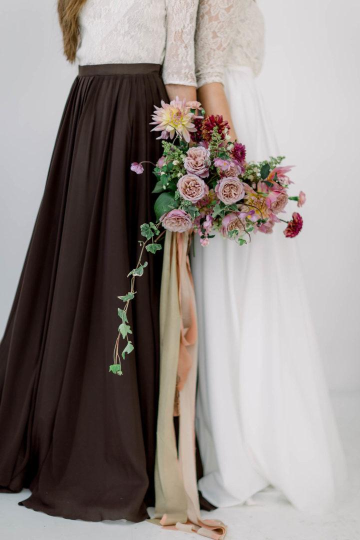 bukiet ślubny z jedwabnymi wstażkami