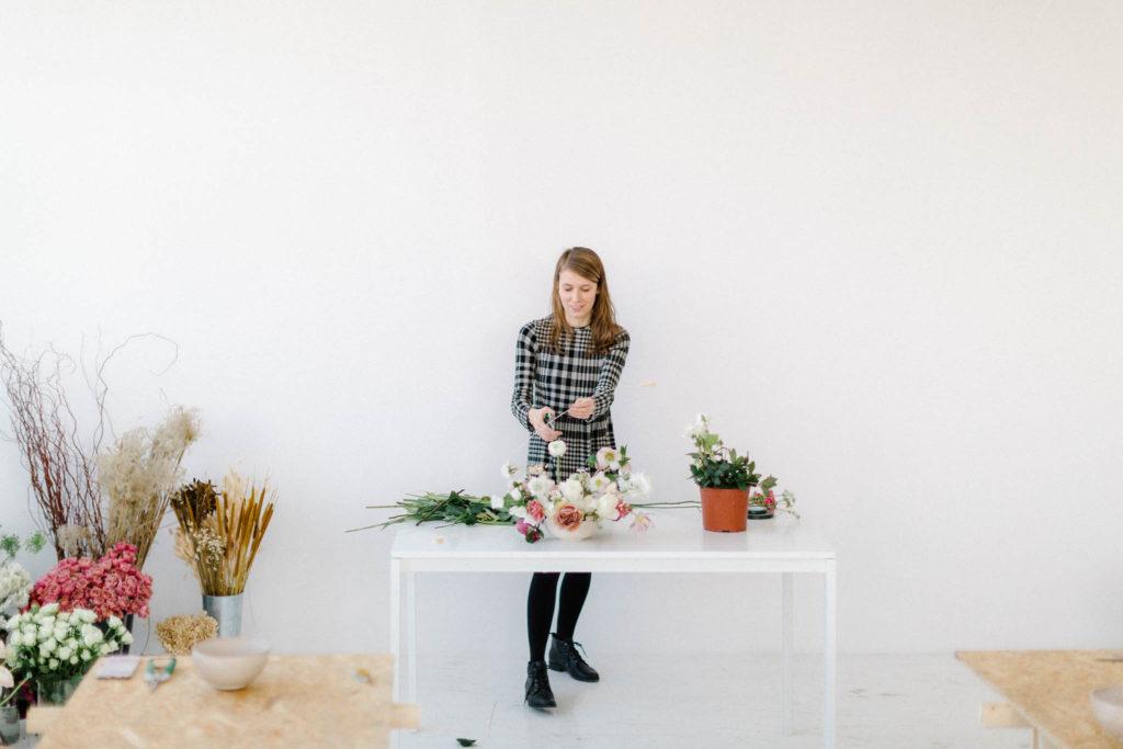 Sonia pokazuje jak ułożyć kompozycje na warsztatach florystycznych.