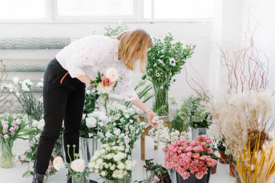 Wybór kwiatów na warsztatach florystycznych.