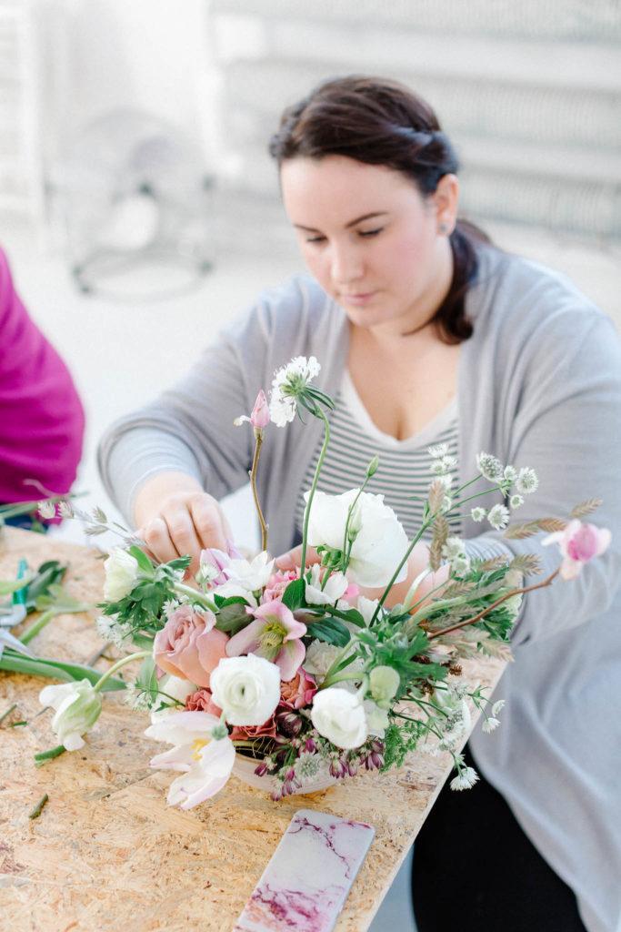 Dobieranie kwiatów do kompozycji florystycznych.
