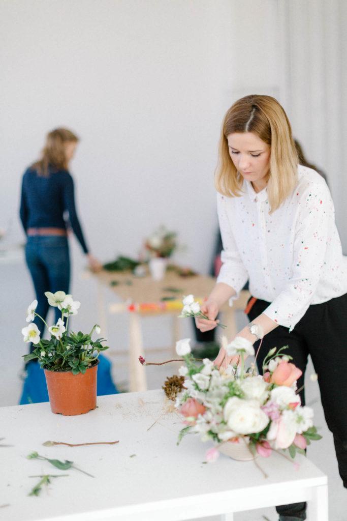 Układanie kompozycji z kwiatami doniczkowymi.