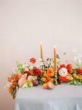kwiatowy bieżnik na stół, kolorowe kwiaty na ślub